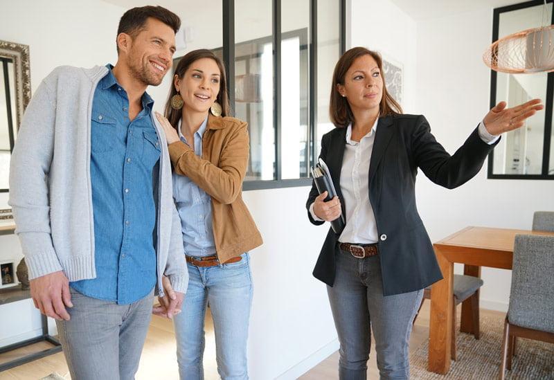 Prezentacja mieszkania przez pracownika warszawskiego biura nieruchomości
